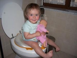 Maia sul wc a 13 mesi